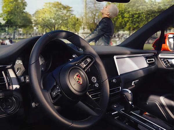 High-tech meets classic sports car feel: