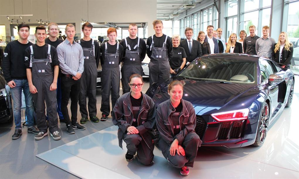 Autohaus Mense begrüßt neue Auszubildende.
