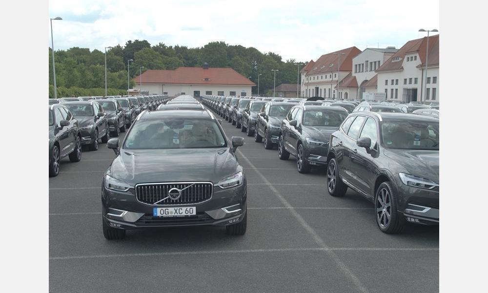 Geschäftsführer Dr. Ulrich Kiffe bringt neuen Volvo XC60 persönlich ins Autohaus